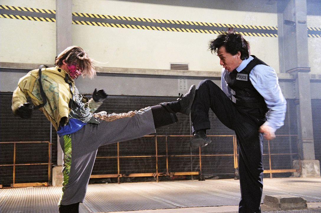 Inspektor Wing (Jackie Chan, r.) im Kampf gegen eine unberechenbare Jugendgang, die das Töten von Cops zu ihrem Hobby gemacht hat ... - Bildquelle: E.M.S.