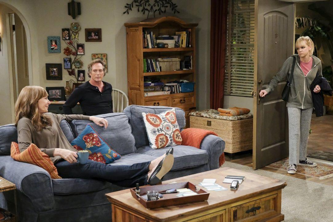 Wie werden Bonnie (Allison Janney, l.) und Adam (William Fichtner, M.) reagieren, wenn sie erkennen, dass Christys (Anna Faris, r.) Fernbeziehung au... - Bildquelle: 2017 Warner Bros.