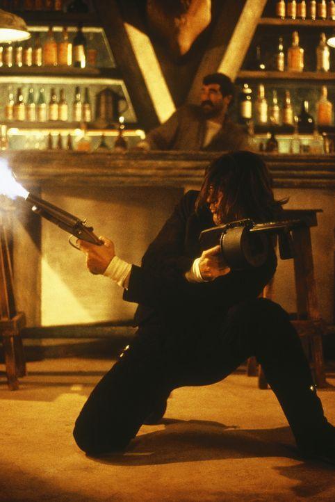 Nachdem Gangster die Frau des Gitarrenspielers (Antonio Banderas) getötet und sein Leben zerstört haben, sinnt er auf Rache ... - Bildquelle: Columbia Pictures