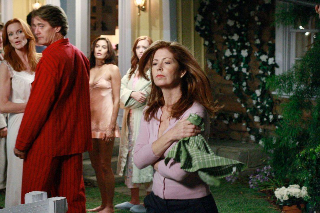 Nachdem Katherine (Dana Delany, r.) von Susan (Teri Hatcher, M.), die aus Sorge um Julie (Andrea Bowen, 2.v.r.) gehandelt hat, angeschossen wurde ei... - Bildquelle: ABC Studios