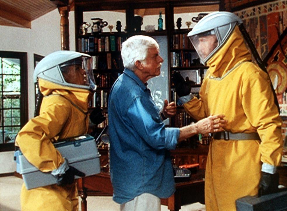 Amanda (Victoria Rowell, l.) und Steve (Barry Van Dyke, r.) besuchen Mark (Dick Van Dyke, M.), der mit Pocken infiziert ist und unter Quarantäne ste... - Bildquelle: Viacom