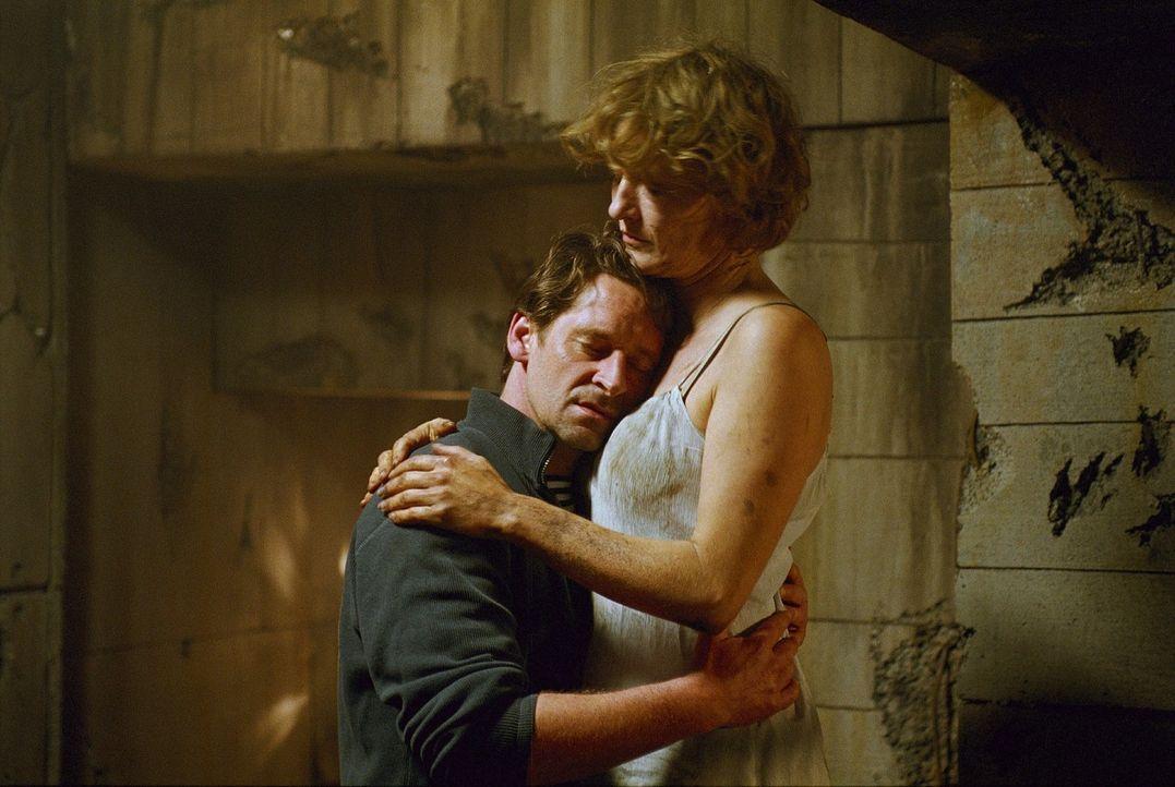 Ellen (Suzanne von Borsody, r.) muss am nächsten Morgen feststellen, dass das mit Leon (Max Tidof, l.), alles kein Traum war - ein psychologisches K... - Bildquelle: Norbert Kuhroeber Sat.1
