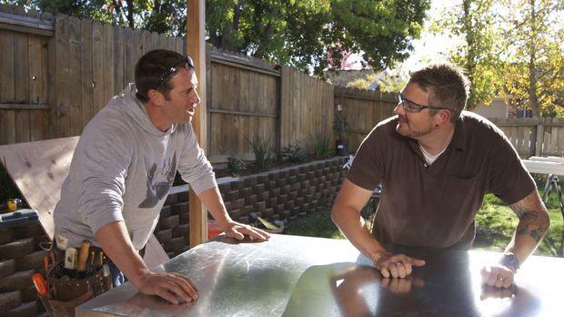 Josh Temple (l.) bietet Chris Yoce (r.) an, dessen Küche komplett zu renovier...