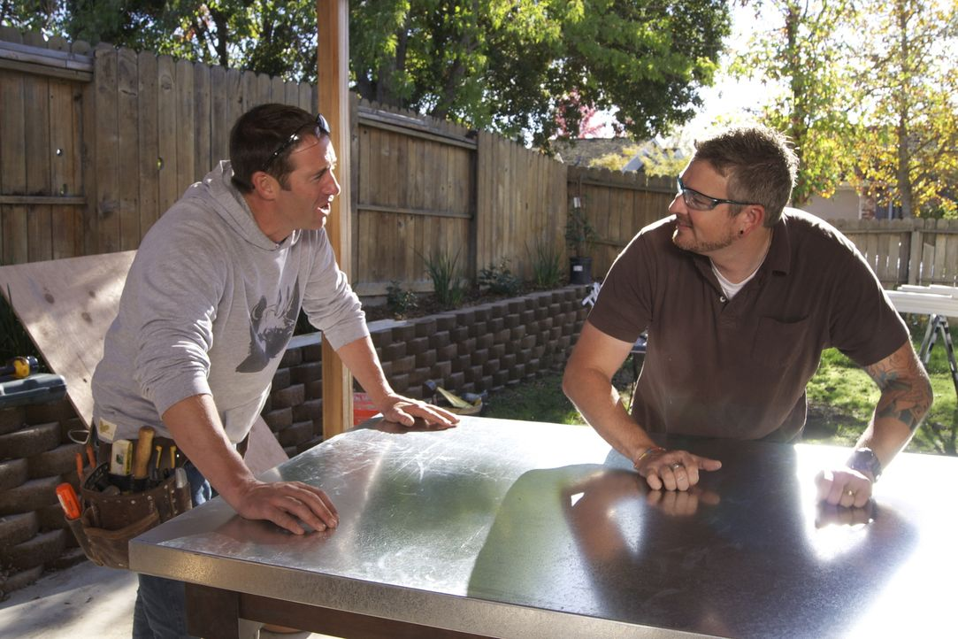 Josh Temple (l.) bietet Chris Yoce (r.) an, dessen Küche komplett zu renovieren. Chris nimmt das Angebot an. Doch werden er und seine Familie mit de... - Bildquelle: 2011, DIY Network/Scripps Networks, LLC.  All Rights Reserved
