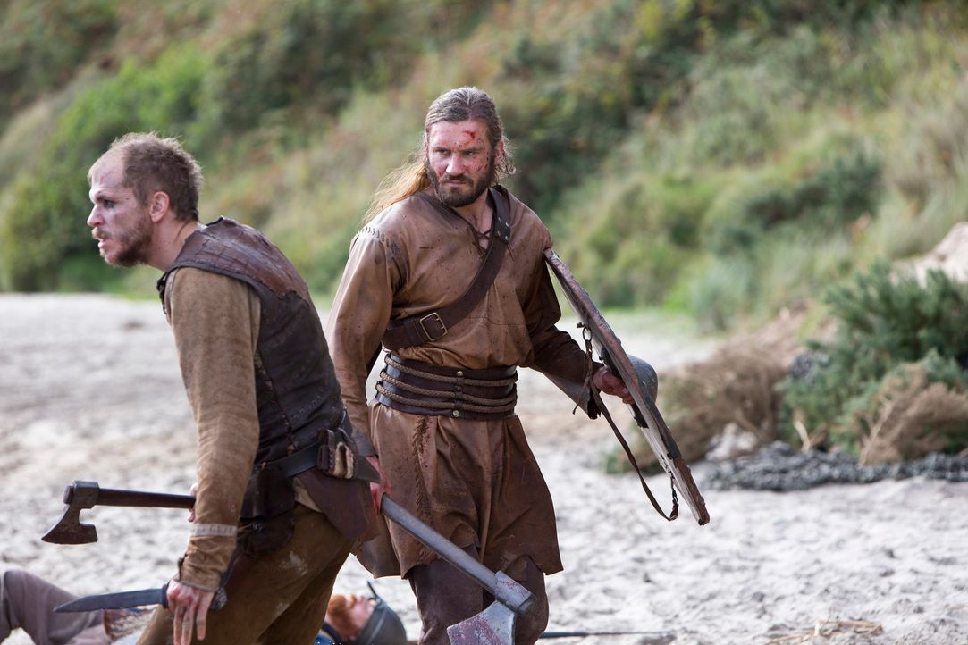 Sieg auf ganzer Linie: Floki (Gustaf Skarsgård, l.) und Rollo (Clive Standen, r.) ... - Bildquelle: 2013 TM TELEVISION PRODUCTIONS LIMITED/T5 VIKINGS PRODUCTIONS INC. ALL RIGHTS RESERVED.