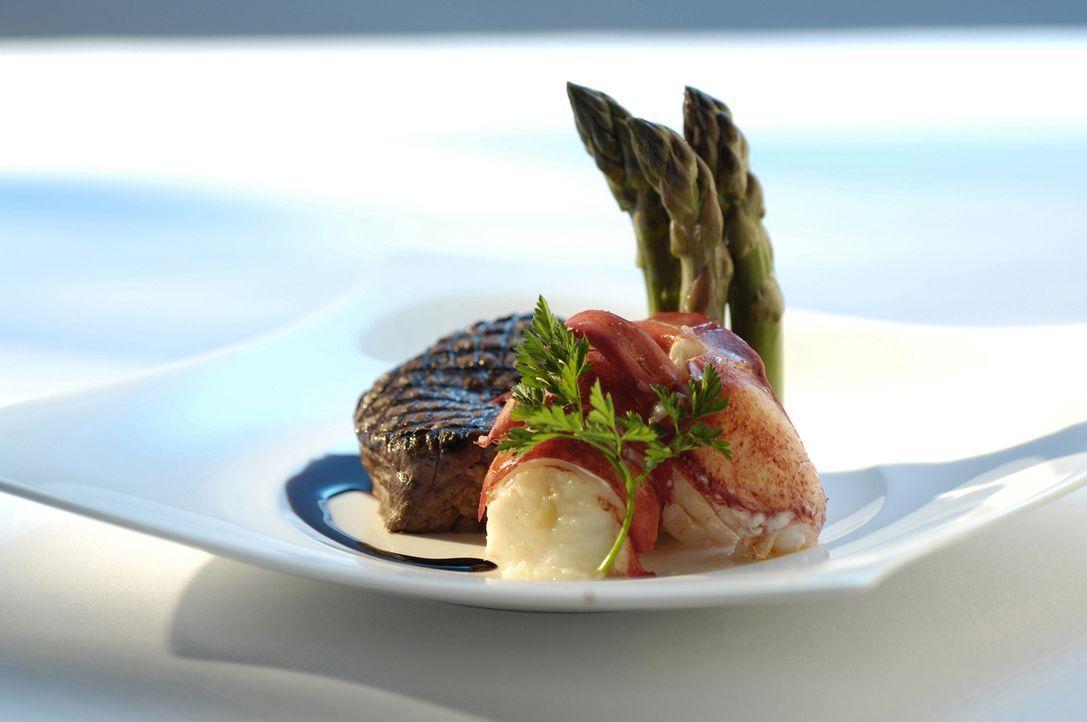 Gourmet-Essen für viele: Um bei einem feierlichen Bankett mehrere hundert Menschen mit einem exquisiten Mahl zu beglücken, muss in der Küche jeder k... - Bildquelle: Actuality Productions (USA)