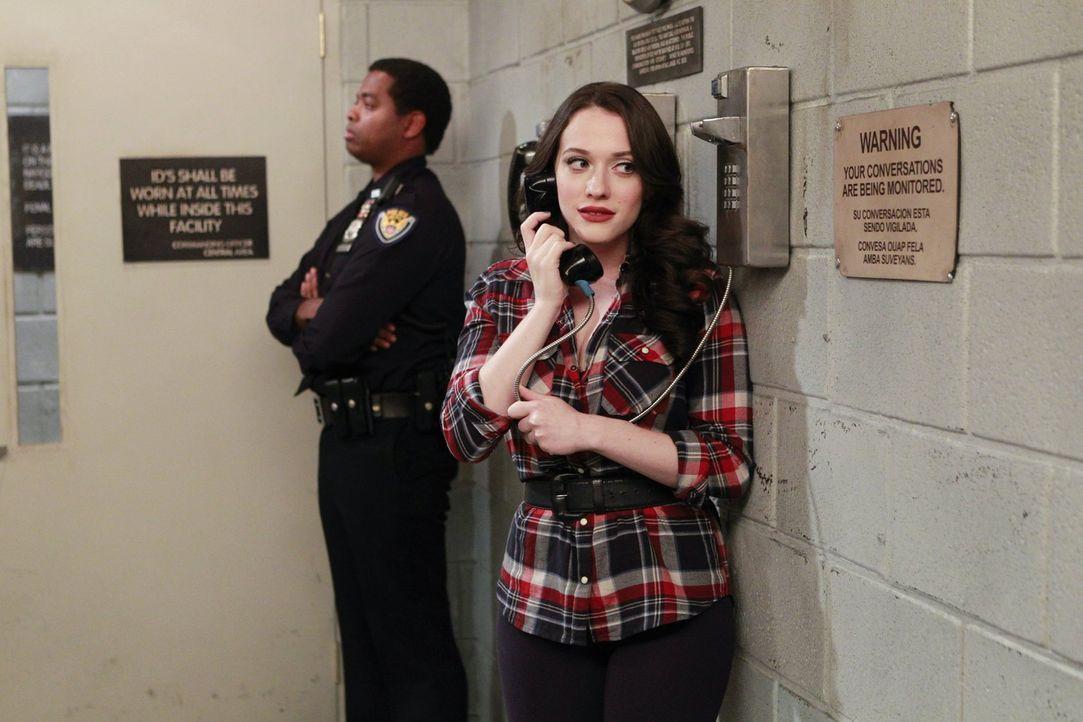 Kann dieser Anruf Max (Kat Dennings, r.) und Caroline aus dem Knast holen? - Bildquelle: Warner Bros. Television