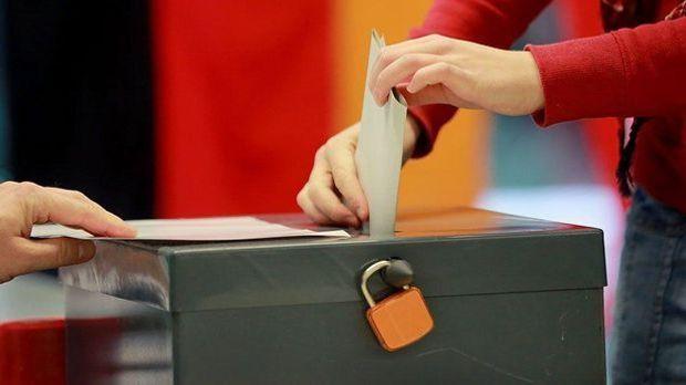 Ein Brief in einer Wahlurne
