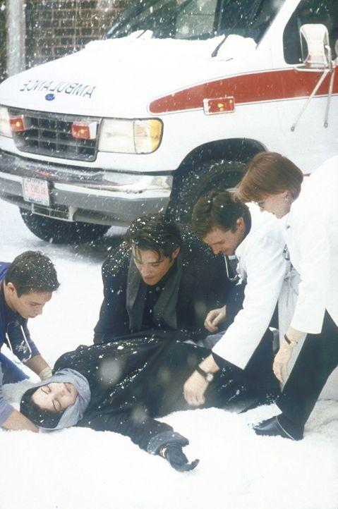 Kurz vor der Notaufnahme bricht Dr. Kovac (Goran Visnjic, 3.v.r.) mit Carol Hathaway (Julianna Margulies, liegend) zusammen. Dr. Weaver (Laura Innes... - Bildquelle: TM+  2000 WARNER BROS.