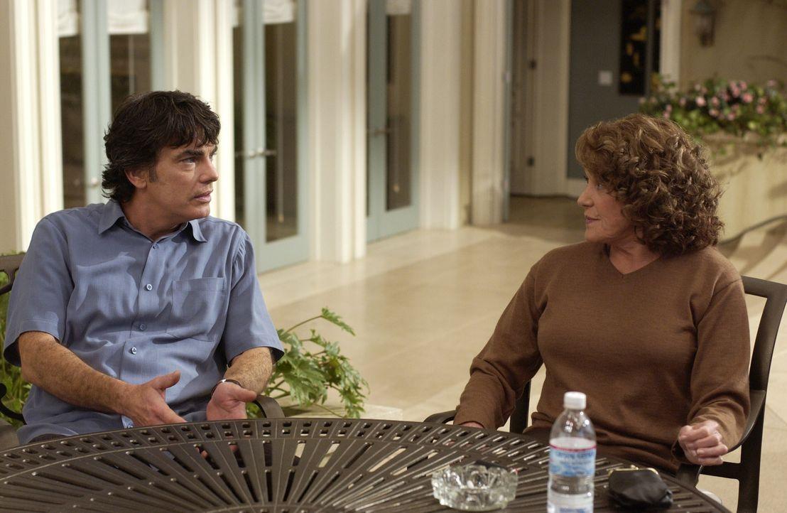 Eigentlich wollte Nana (Linda Lavin, r.) nicht, dass irgendjemand von ihrer Krankheit weiß, doch Sandy (Peter Gallagher, l.) merkt gleich, das mit... - Bildquelle: Warner Bros. Television