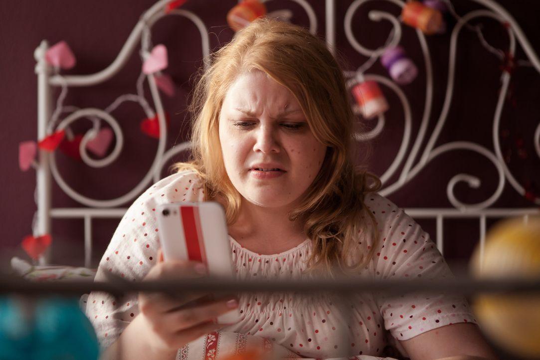 """Seit Wochen flirtet Mandy (Christina Petersen) in einem Flirt-Chat mit """"Sonnenuntergang"""", doch der Mut zu einem Date im realen Leben fehlt ihr. Bis... - Bildquelle: Conny Klein SAT.1"""