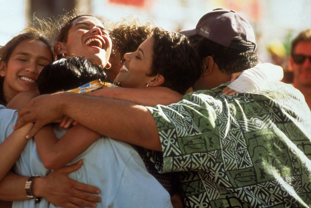 Die Finalteilnahme rückt in greifbare Nähe: Sandra Beecher (Halle Berry, M.) und Gilbert (J. Moki Cho, r.) ... - Bildquelle: TriStar Pictures