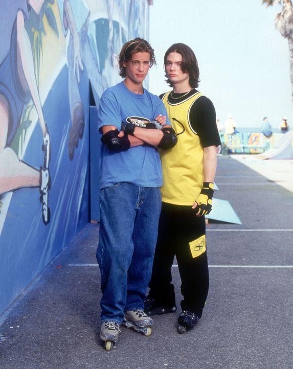 Haben eine gemeinsame Leidenschaft - das Inline-Skaten: Val (Sam Horrigan, r.) und Brink (Erik von Detten, l.) - Bildquelle: Disney