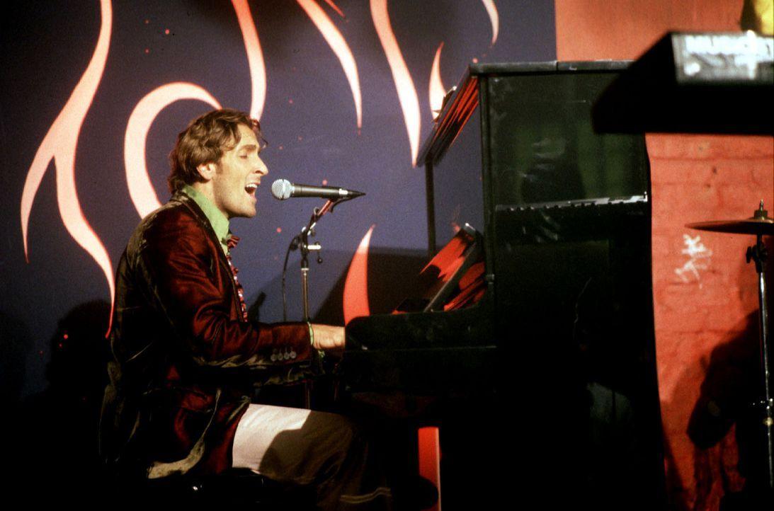 """Zumindest eines ist Fred Stromberg (Mark Keller) alias """"Shorty"""" jetzt klar: er hatte irgendwann mal etwas mit Musik zu tun, war Sänger oder Musiker.... - Bildquelle: Bernhard Wiesen SAT.1"""