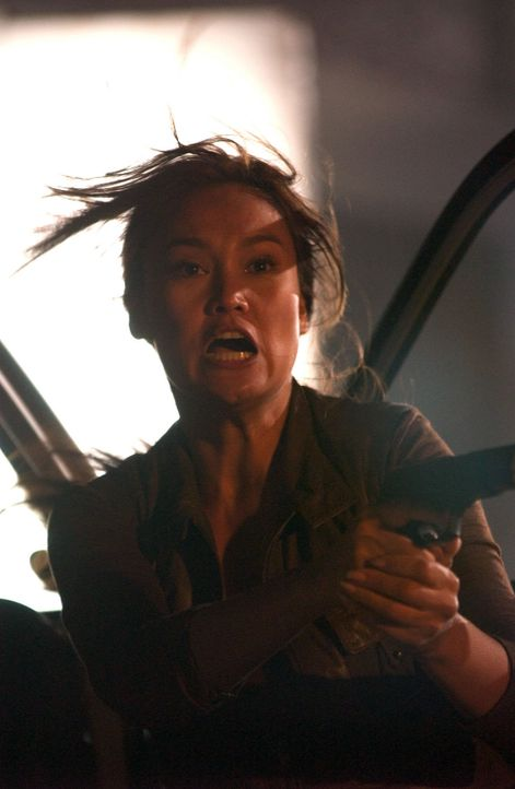 Zu spät feuert Agentin Lisa Delgado (Tia Carrere) zurück ... - Bildquelle: Hallmark Entertainment