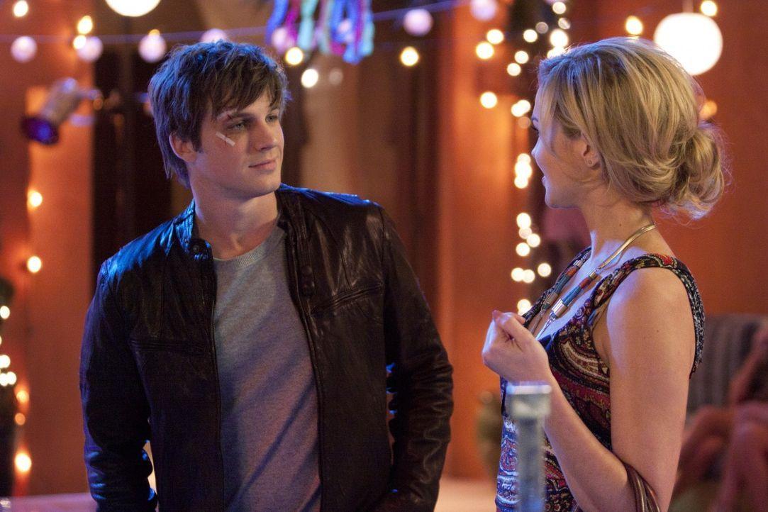 Annie (Shenae Grimes, l.) lässt Liams Motorrad tip-top herrichten und hofft auf einen Neuanfang mit ihm. Leider kommt Vanessa (Arielle Kebbel, r.)... - Bildquelle: 2011 The CW Network. All Rights Reserved.