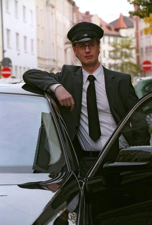 Bekommt einen neuen Chef: Chauffeur Fred (Florian Simbeck) ... - Bildquelle: Sat.1