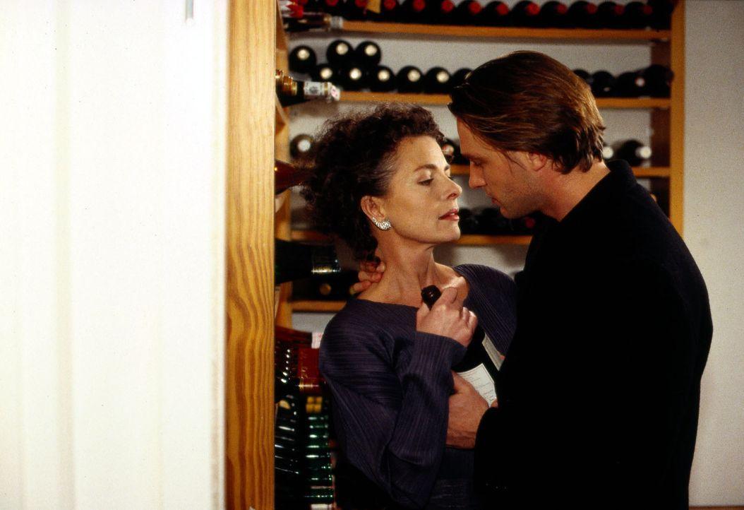 Michael Haenning (Thomas Kretschmann, r.) und Julia Struck (Gudrun Landgrebe, l.) können sich nicht zurückhalten ... - Bildquelle: Sat.1/Zinner
