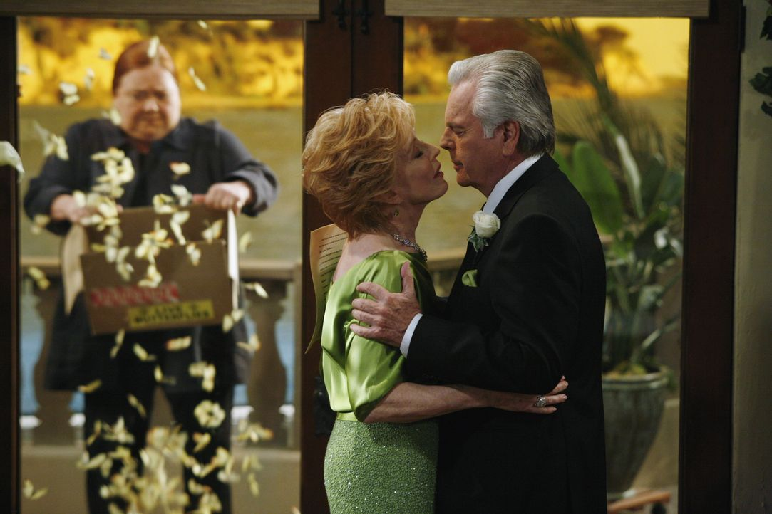 Berta (Conchata Ferrell, l.) hat eine besondere Überraschung für Evelyn (Holland Taylor, M.) und Teddy (Robert Wagner, r.) ... - Bildquelle: Warner Brothers Entertainment Inc.