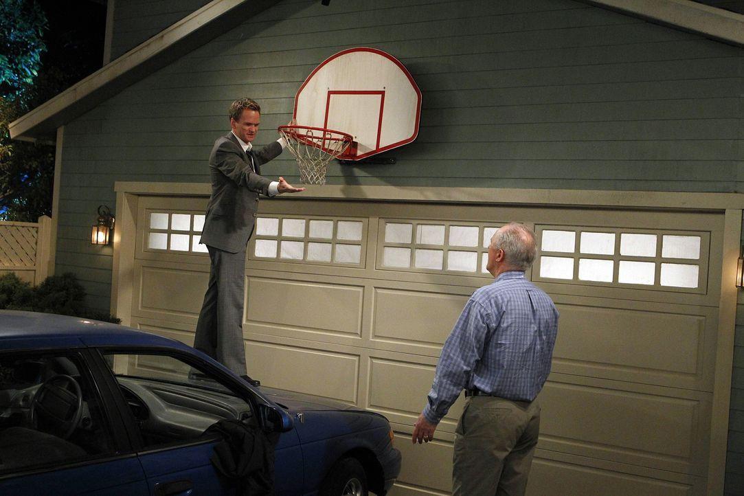 Das Zusammentreffen von Barney (Neil Patrick Harris, l.) und seinem Vater Jerry (John Lithgow, r.) verläuft anders als gedacht ... - Bildquelle: 20th Century Fox International Television