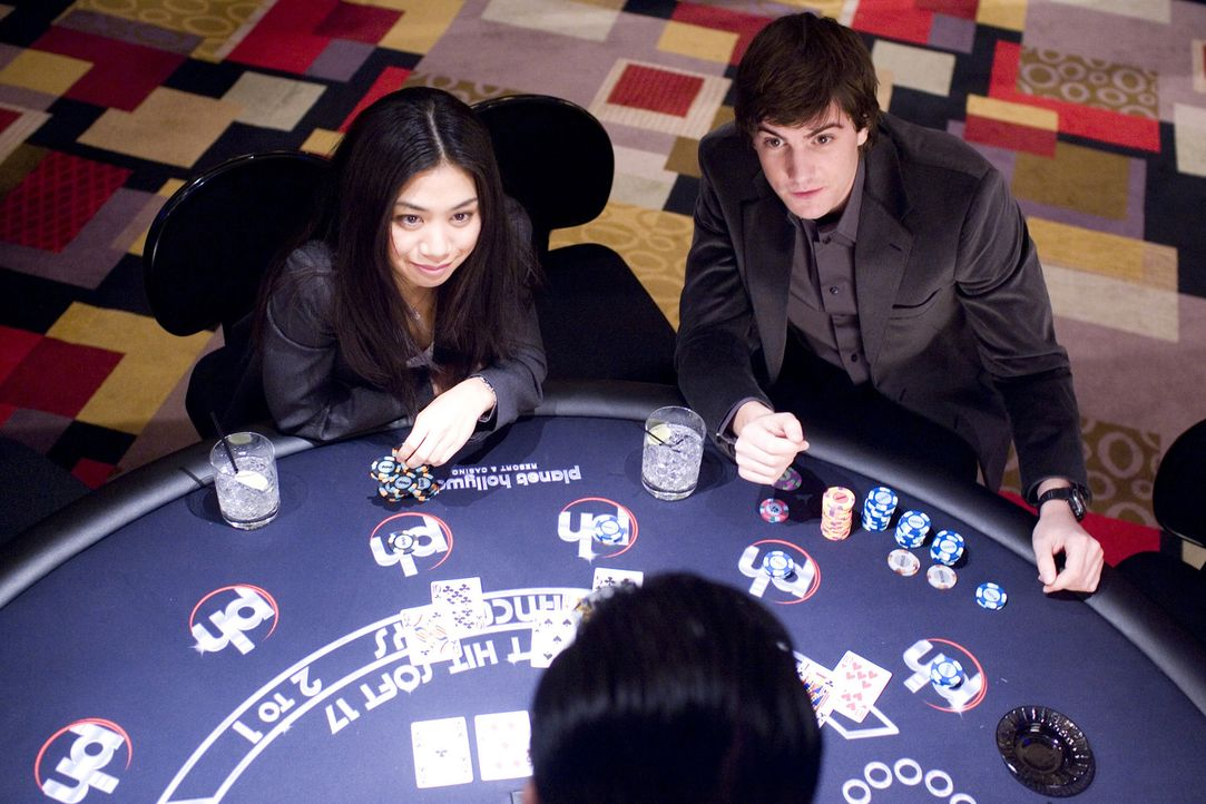 Sie werden überall und ständig überwacht: Dennoch schaffen es die Elite-Studenten Kianna (Liza Lapira, l.) und Ben (Jim Sturgess, r.), die Casino... - Bildquelle: CPT Holdings, Inc. All Rights Reserved.