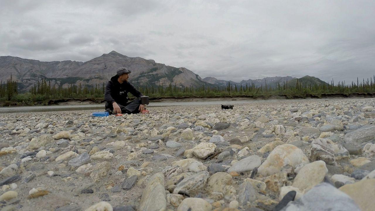 Allein mit sich und der Natur: Tom Waes reist nach Alaska und will ganz alleine in der Wildnis überleben. - Bildquelle: 2015 deMENSEN