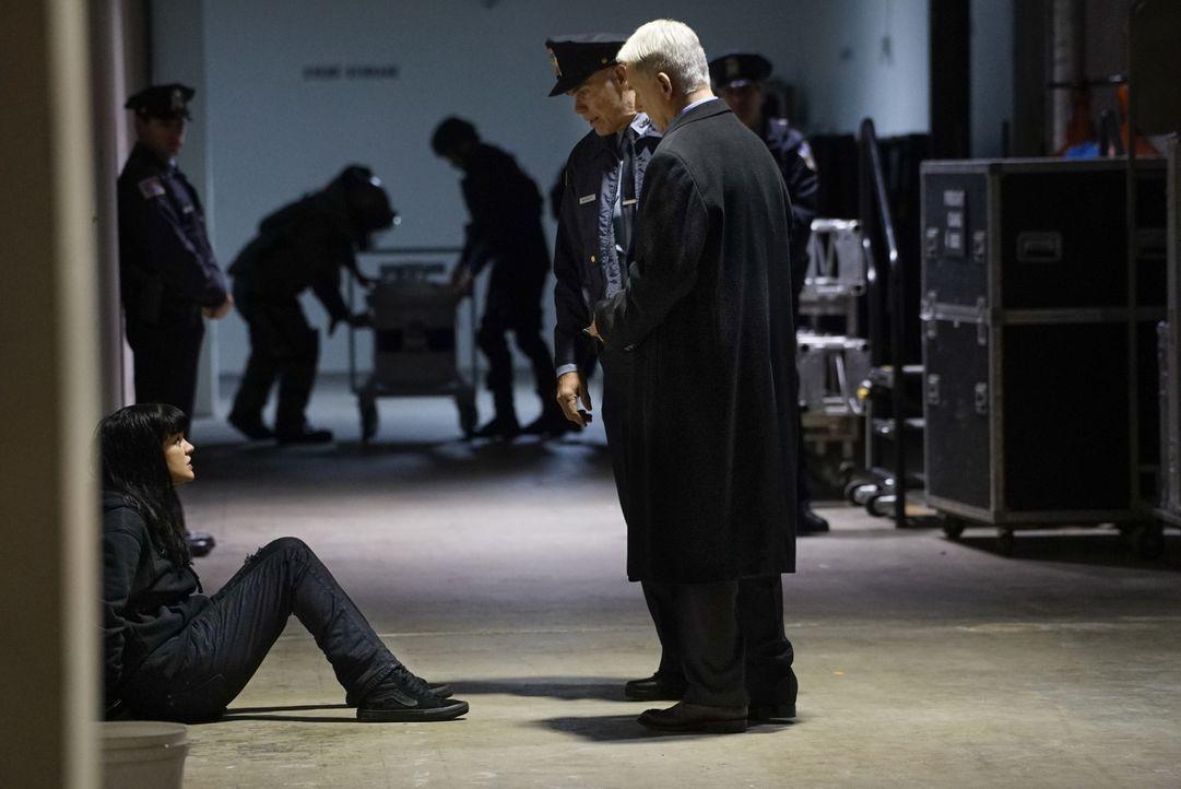 Warum wird Gibbs' (Mark Harmon, r.) Schützling Abby (Pauley Perrette, l.) festgenommen? - Bildquelle: Cliff Lipson 2016 CBS Broadcasting, Inc. All Rights Reserved