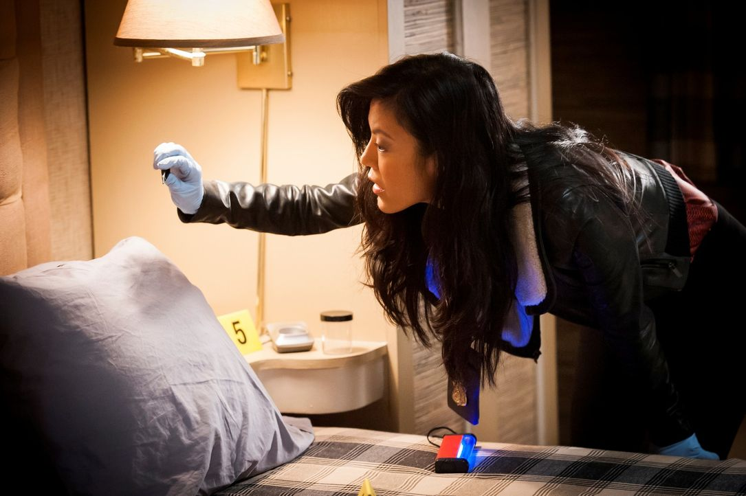 Auf Jacks Kopfkissen findet Beverly Katz (Hettienne Park) ein Haar, das dem brutalen Chesapeake-Ripper gehören könnte. - Bildquelle: 2012 NBCUniversal Media, LLC