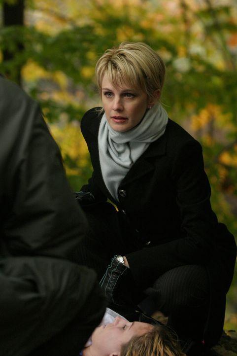 Nimmt die Leiche der jungen Frau etwas genauer unter die Lupe: Det. Lilly Rush (Kathryn Morris) - Bildquelle: Warner Bros. Television