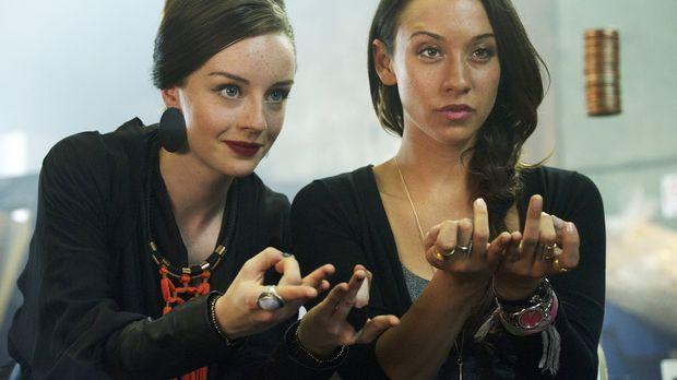 Die Macht, die Marina (Kacey Rohl, l.) ihrer neusten Schülerin lehrt, zieht J...