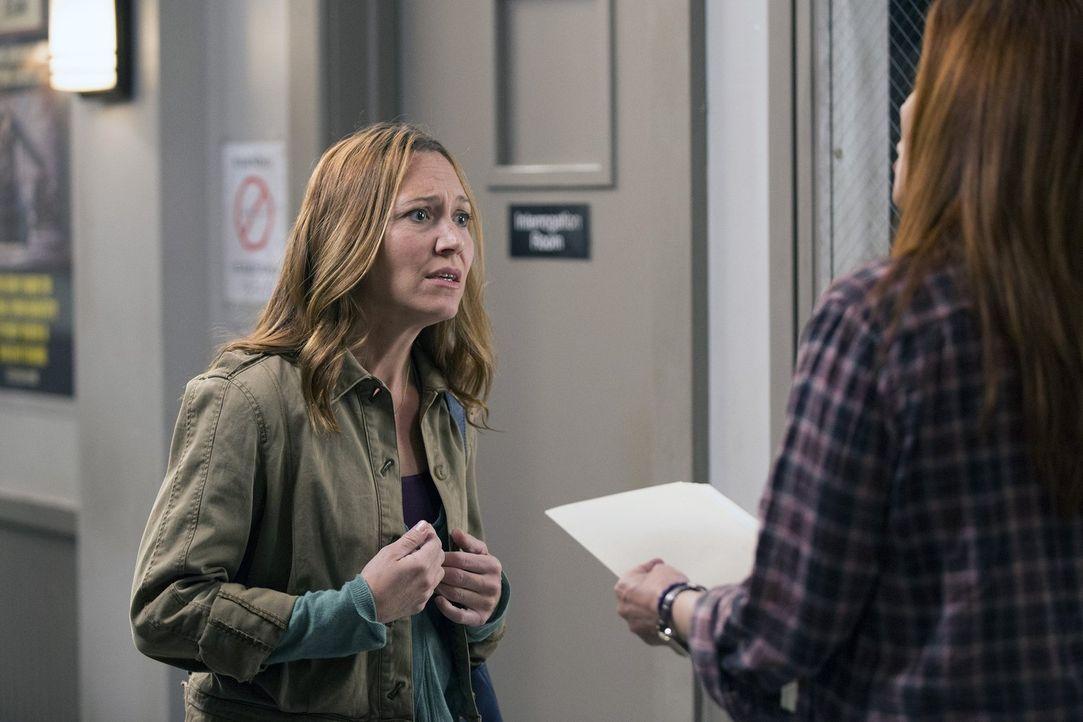 Ob Susan (Marisa Ryan, l.) Laura (Debra Messing, r.) dabei helfen kann, den Tod einer schwangeren Frau aufzuklären? - Bildquelle: 2015 Warner Bros. Entertainment, Inc.