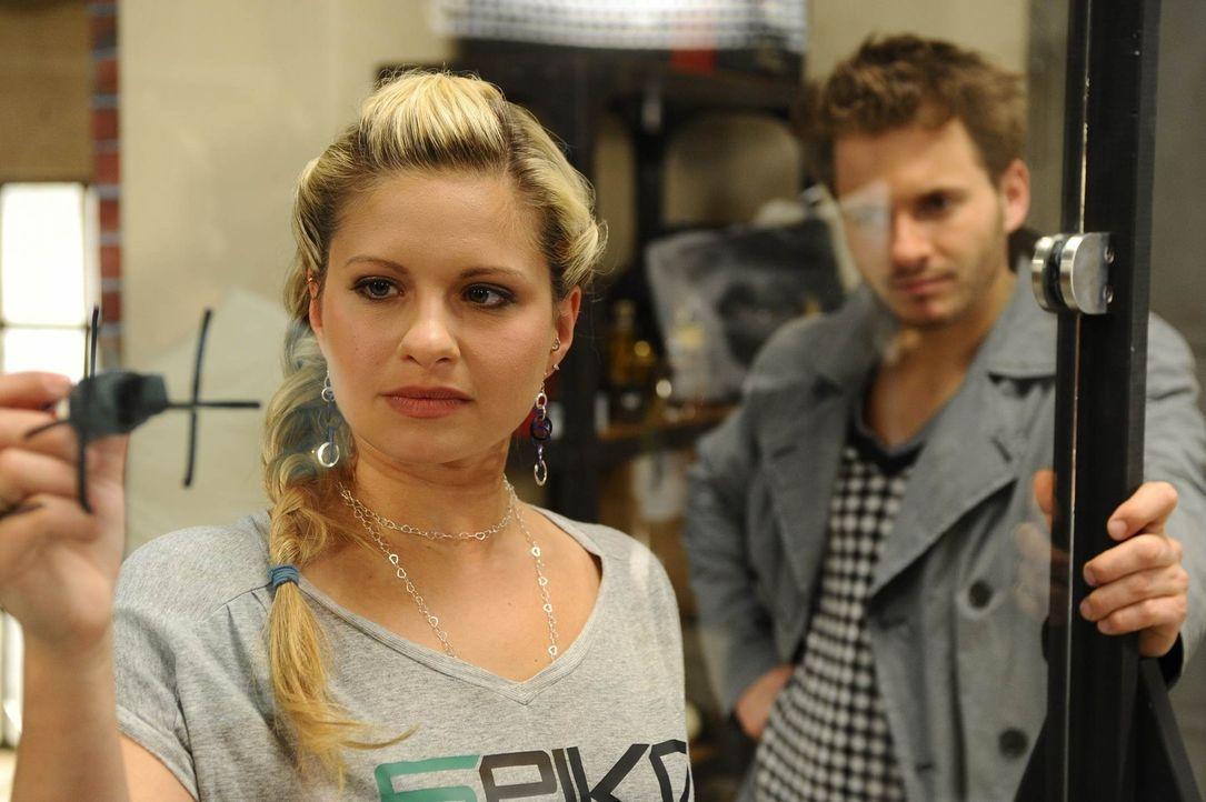 """Der """"Spike-Spot"""" von Enrique Vegaz (Jacob Weigert, r.) wird zu einer heimlichen Liebeserklärung von Mia (Josephine Schmidt, l.) an Alexander ... - Bildquelle: SAT.1"""