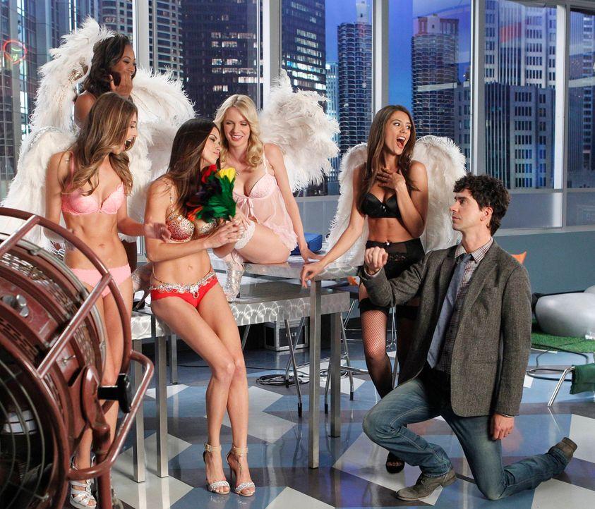 Die Victoria's Secret Models kommen für ein Foto-Shooting in die Agentur und bringen Zach und Andrew (Hamish Linklater, r.) beinahe um den Verstand... - Bildquelle: 2013 Twentieth Century Fox Film Corporation. All rights reserved.