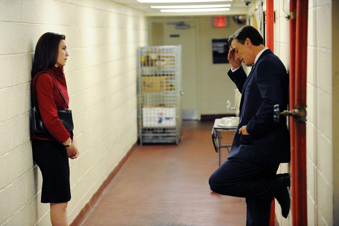 Alicia (Julianna Margulies, l.) muss sich entscheiden, ob sie bei ihrem Mann Peter (Chris Noth, r.) während der Wahlphase für das Amt des Staatsan... - Bildquelle: CBS Studios Inc. All Rights Reserved.