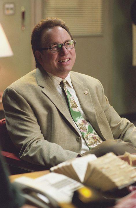Kaufhausinhaber Bob Chipeska (John Ritter) hat bei seinem neuen Weihnachtsmann Willie und dessen Gehilfen Marcus kein gutes Gefühl ... - Bildquelle: 2006 Sony Pictures Television International.