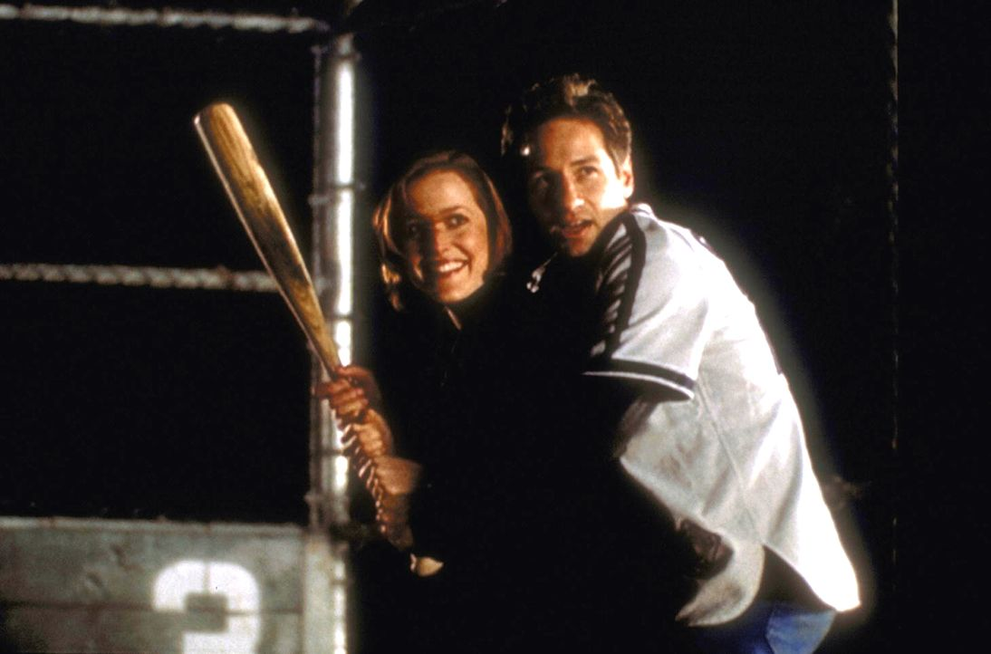 Mulder (David Duchovny, r.) gibt Scully (Gillian Anderson, l.) eine Nachhilfestunde in Baseball. - Bildquelle: TM +   2000 Twentieth Century Fox Film Corporation. All Rights Reserved.