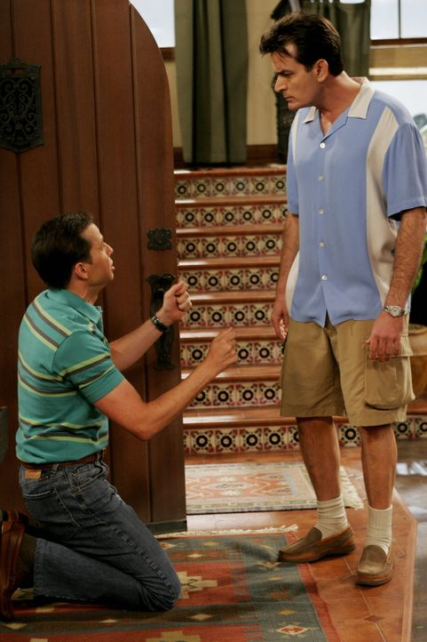 Charlie (Charlie Sheen, r.) genießt es, dass Alan (Jon Cryer, l.) bettelt, um wieder bei ihm einziehen zu können ... - Bildquelle: Warner Brothers Entertainment Inc.