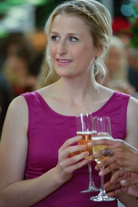 Während einer großen Spendengala versucht Emily (Mamie Gummer) besonders gut gelaunt zu wirken, was ihr äußerst schwer fällt. - Bildquelle: 2012 The CW Network, LLC. All rights reserved.