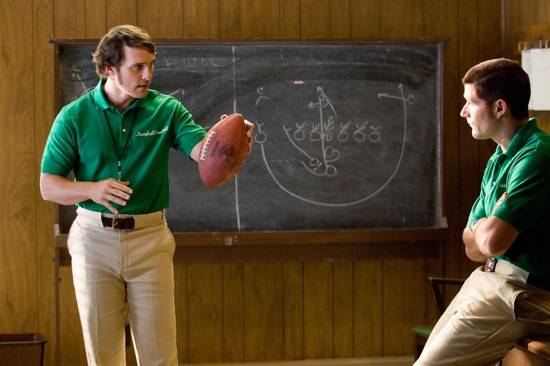Jack Lengyel (Matthew McConaughey, l.) und sein Assistent (Matthew Fox, r.) werden als Coach engagiert. Sie sollen in kürzester Zeit das Footballtea... - Bildquelle: TM &   2005 Warner Bros. All Rights Reserved.