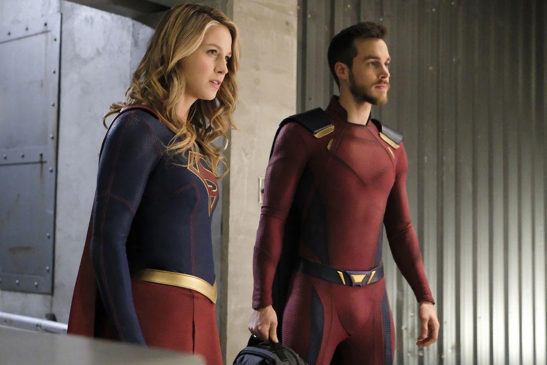 Suchen verzweifelt nach einem Weg, um Reign aufhalten zu können: Kara alias Supergirl (Melissa Benoist, l.) und Mon-El (Chris Wood, r.) ... - Bildquelle: 2017 Warner Bros.