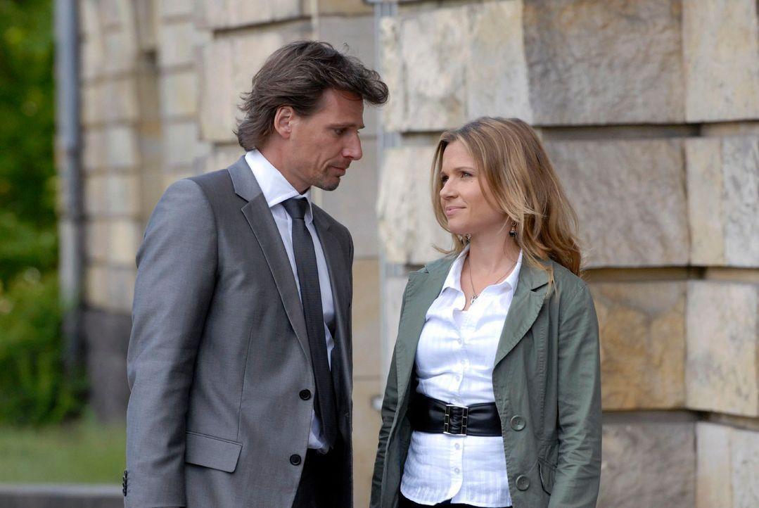 Auch nach der Verhandlung findet Sophie (Daniela Preuß, r.), dass Alex (René Steinke, l.) sehr rücksichtslos war. Und wie praktisch, dass doch noch... - Bildquelle: Christoph Assmann Sat.1