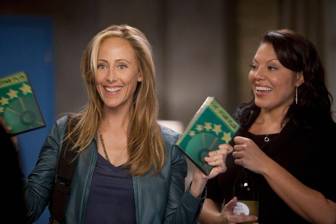 Ein gemütlicher Frauenabend steht an, doch leider haben nicht alle darauf Lust: Callie (Sara Ramirez, r.) und Teddy (Kim Raver, l.) ... - Bildquelle: Touchstone Television