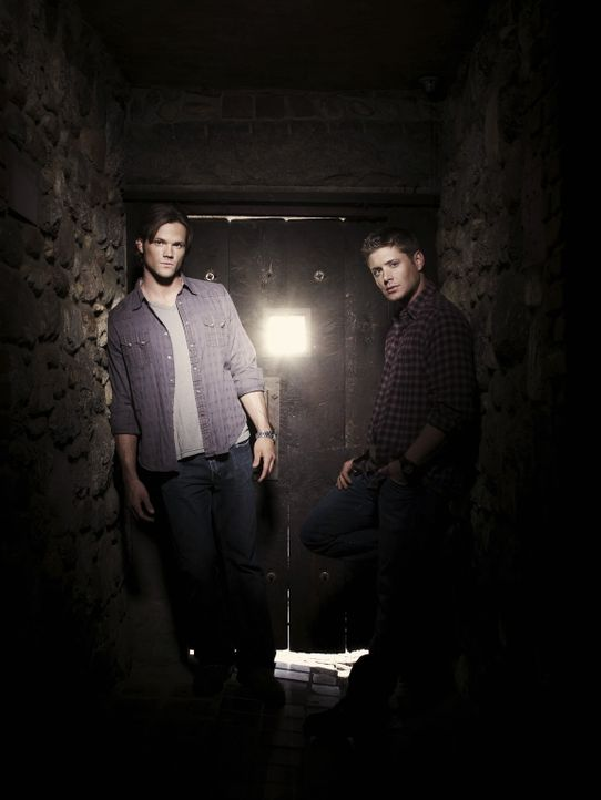 (5. Staffel) - Sie begeben sich auf eine gefährliche Jagd nach dem Übernatürlichen: Sam (Jared Padalecki, l.) und Dean Winchester (Jensen Ackles,... - Bildquelle: Warner Bros. Television