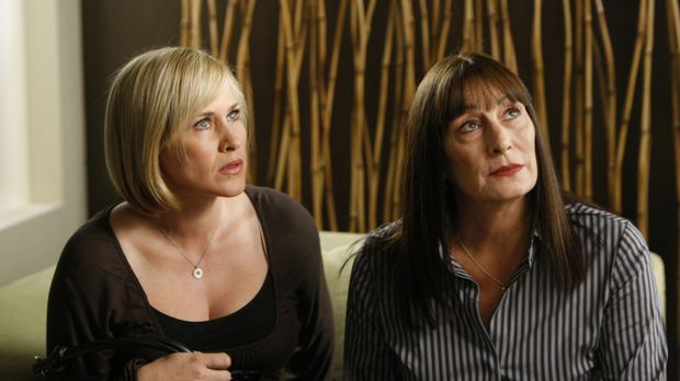 Cynthia Keener (Anjelica Huston, r.) bittet Allison (Patricia Arquette, l.) i...