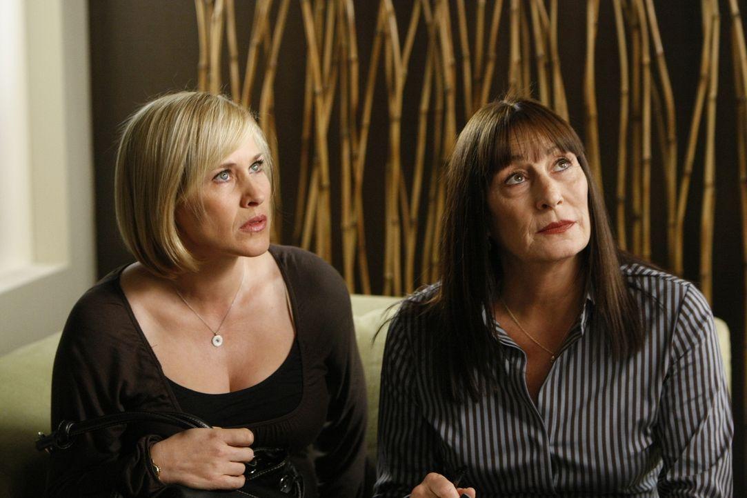 Cynthia Keener (Anjelica Huston, r.) bittet Allison (Patricia Arquette, l.) im Entführungsfall eines tauben Mädchens um Hilfe. Hat die plötzliche Hö... - Bildquelle: Paramount Network Television