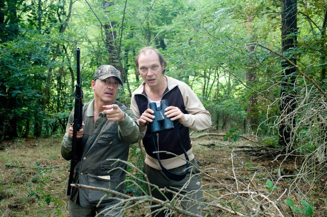 Überraschend freunden sich die beiden gegensätzlichen Männer, Nudist Helmut Steiner (Martin Brambach, r.) und der konservative Textil-Unternehmer Di... - Bildquelle: Gordon Mühle Sat.1