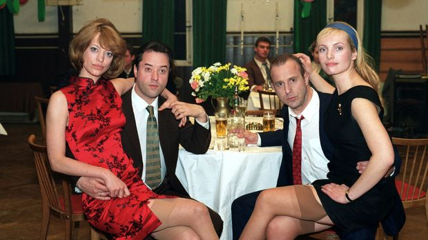 Ein Bild aus glücklichen Tagen: Renate Reger (Heike Makatsch, l.), Bruno Rege...