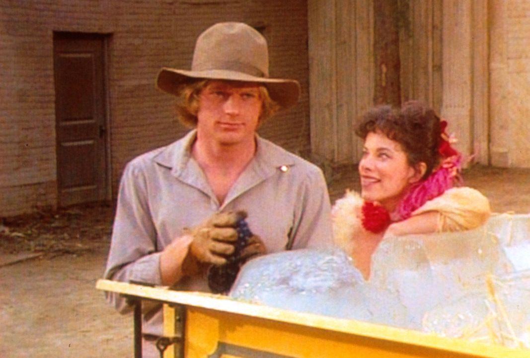 An dem Saloonmädchen (Nancy Grahn, r.) hat Almanzo (Dean Butler, l.) kein Interesse. Doch als Laura die beiden sieht, tobt sie vor Eifersucht. - Bildquelle: Worldvision