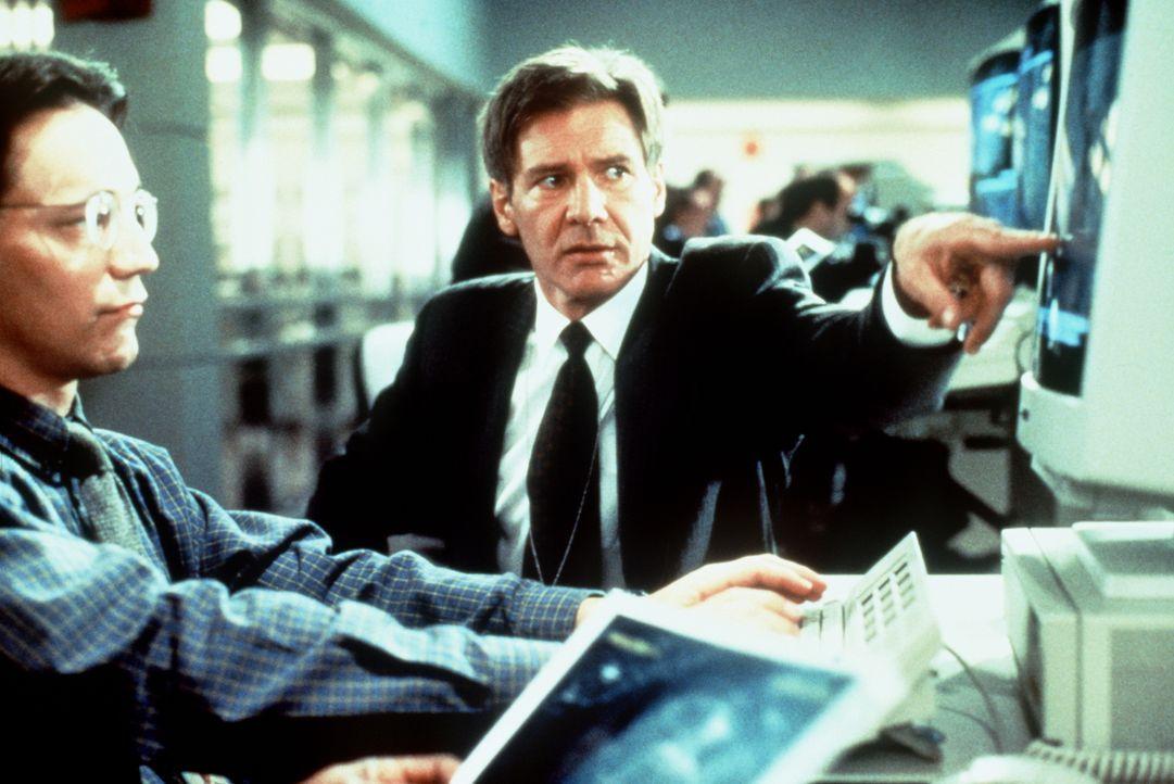 Ryan (Harrison Ford, M.) weiß nicht, dass der Sicherheitsbeauftragte des Präsidenten mit einer illegalen Geheimaktion beauftragt wurde. Cutter soll... - Bildquelle: Paramount Pictures