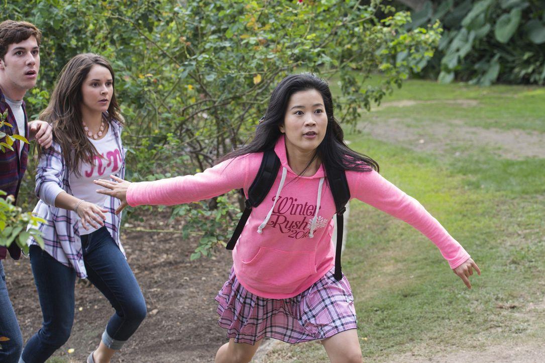 Ausgerechnet Happy (Jadyn Wong, r.) soll auf der Uni versuchen, Teil einer Mädchen-Verbindung zu werden, um dort nach der möglichen Hackerin zu such... - Bildquelle: Neil Jacobs 2015 CBS Broadcasting, Inc. All Rights Reserved.